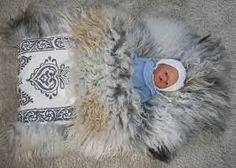 Bilderesultater for skinnfell Pose, Scandinavian Folk Art, Sheep Farm, Sheepskin Rug, Art Techniques, Baby Gifts, Felt, Culture, Crafty