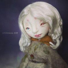 ¿Melodía interior?  . #fotoaventuras #feltiriums #dollphotography #dollartistry #dollmaker #artdoll #ooakdoll #needlefelting #feltdoll #felting #fieltroagujado #fieltro #dollhouse #miniature #handmade #wool #arte #diseño