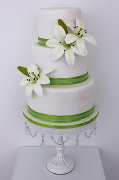 Sucrème Atelier specializes in sugar flowers which can reproduce the centers of the tables or the bride's bouquet. Look at this simple but wonderful cake with white lilies.