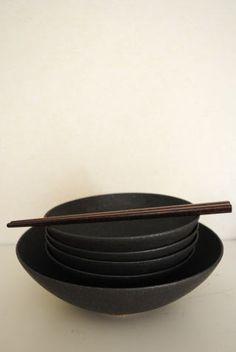Japanese tableware 藤田千絵子「こげ茶浅鉢(大・小)の詳細ページです。