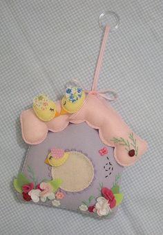 Felt birdhouse by carambola arte em feltro House Ornaments, Felt Christmas Ornaments, Handmade Ornaments, Felt Crafts Diy, Bird Crafts, Felt Patterns, Craft Patterns, Felt House, Felt Wreath