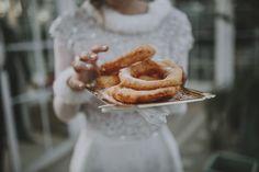 Novia comiendo buñuelos y chocolate en su boda de merienda después del almuerzo. Puesto de buñuelos de Los Gitanillos