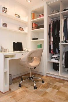 No closet, assinado pela arquiteta Teresa Simões, foi previsto um canto para trabalho com escrivaninha e prateleiras para livros e CDs. Sobre o piso de madeira, o tapete deixa o ambiente mais aconchegante
