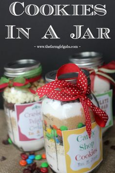 Three simple Cookies In A Jar recipes. These make perfect gifts for Christmas, birthdays, house warmings or any occasion. This tutorial give easy instructions on how to create these jars. (christmas treats in a jar) Mason Jars, Mason Jar Cookies, Mason Jar Meals, Mason Jar Gifts, Meals In A Jar, Gift Jars, M&m Cookies In A Jar Recipe, Mason Jar Cookie Mix Recipe, Last Minute Christmas Gifts