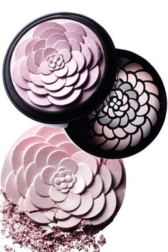 The lustrous powder petals gathered in Guerlain Météorites Cruel Gardenia give cheekbones a gorgeous glow in one sweep.