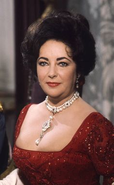 """Elizabeth Taylor wearing the pearl Peregrina on her custom made Cartier necklace with pearls, diamonds and rubies in the movie """"A little night music"""", 1977 Young Elizabeth Taylor, Elizabeth Taylor Jewelry, Classic Hollywood, Old Hollywood, Viejo Hollywood, Violet Eyes, Actrices Hollywood, Jennifer Lopez, American Actress"""