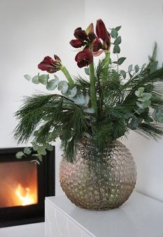The post Happy Friday! appeared first on Knutselen ideeën. Christmas Tree Branches, Christmas Flowers, Green Christmas, Winter Christmas, Christmas Home, Christmas Arrangements, Christmas Table Settings, Floral Arrangements, Christmas Feeling
