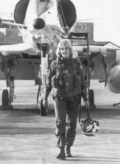 ) Mary Louise Jorgensen was the first woman tactical jet pilot to be assigned to Miramar Naval Air Station at San Di Female Pilot, Female Soldier, Jet Fighter Pilot, Fighter Jets, Helicopter Pilots, New Aircraft, Staff Sergeant, Female Fighter, Army & Navy