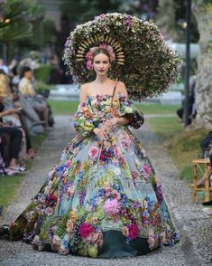 Stunning Dresses, Beautiful Gowns, Nice Dresses, Beautiful Flowers, Daily Fashion, Fashion Show, Fashion Design, Floral Fashion, Fashion Dresses