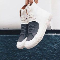 Astonishing White Sneakers Ideas For Men In 2019 - Gone are the days when men proudly owned only two pairs of shoes: formal shoes for work, and a pair of sandals or sneakers for the weekend. The contem. Sneakers Mode, White Sneakers, Leather Sneakers, Sneakers Fashion, Sneakers Fila, Fashion Shoes, Women's Shoes, Shoes Sneakers, Sneakers Design