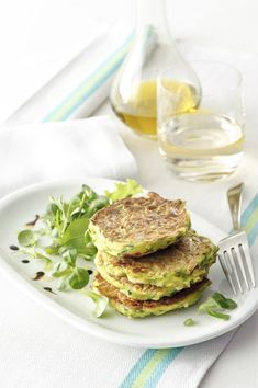 Frittini di zucchine, uova e feta : Scopri come preparare questa deliziosa ricetta. Facile, gustosa e adatta ad ogni occasione. Questo antipasto ha un tempo di preparazione di 35 minuti.