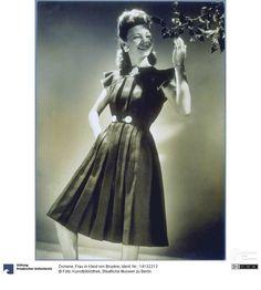 Model wearing a dress designed by Bruyère, photo by Dorvyne, 1941 ca. Courtesy Kunstbibliothek, Staatliche Museen zu Berlin, CC-BY-NC-SA.