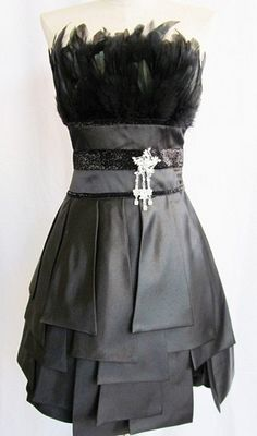 From the mixed textures to the brooch, this dress works for me. 1940s Fashion, Cute Fashion, Pretty Outfits, Beautiful Outfits, Trendy Dresses, Dresses For Work, Style And Grace, Passion For Fashion, Dress Up