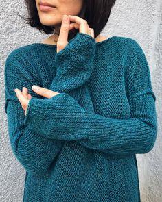 Оп:) Еще одно платье Vera Кто две недели провалялся с простудой и снова дорвался до спиц, тот я После зимней поездки в Питер, поняла, что люблю зеленый, бирюзовый, синий и красный:) и желтый.. и вообще, я люблю цвета) Не только серый Ну и платье, собственно поедет в Питер, город, который вернул мне цвета #108loops_vera Есть описание (300₽). Платье 12.000₽ (длина 110см)