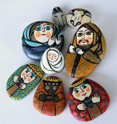 Liturgical art christmas paintings, stone painting y christmas rock. Pebble Painting, Pebble Art, Stone Painting, Rock Painting Patterns, Rock Painting Designs, Painted Rocks Kids, Painted Pebbles, Painted Stones, Christmas Rock