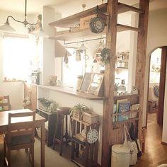女性で、4LDKのコンテストに参加します♡/止まれん隊( ̄^ ̄)ゞ/フェイク仲間☆/RC東海支部…などについてのインテリア実例を紹介。「おはようございます!キッチンはお気に入りが詰まった場所です(*^^*) DIYはすのこ棚だけだけど、サニタリーへの動線や、広めのカウンターや、大容量食洗機や、共働きでも便利に使えるように、掃除嫌いでもバレないように(笑) 色々考えました(^^;; 憧れのカフェみたいに、でも小さな子供でも使いやすく、収納もそれなりに欲しいという、ワガママが詰まった場所でもあります(^^;;」(この写真は 2015-10-28 05:13:27 に共有されました)