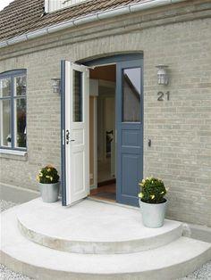Öppen ytterdörr i 2-färgsmålat utförnade