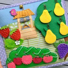 Чуть не забыла показать в деталях страницу с фруктово-ягодным садомЗдесь у нас: ▫️фрукты и ягоды: - 1 виноград на кнопке; - 2 клубники на магнитной кнопке; - 3 яблока на пуговицах; - 4 груши на крючках; - 5 малина-шнуровка. ▫️колодец, из которого черпаем воду и наливаем в кастрюлю, и даже птичке давали попить :) ▫️гнездо с птичкой и яйцами, из которых обязательно появятся милые птенцы :) ▫️шустрый паучок, который перекликается с паучком в огороде. Наверное, отправился на поиски нового…