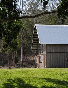 An American Barn Meets Australian Shed In Queensland. Australian Sheds, Australian Homes, Living In A Shed, Black Shed, American Barn, Australian Architecture, Architecture Awards, Queenslander, Shed Homes