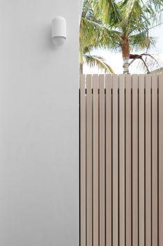 Aluminium Battens: The Perfect DIY Fence Solution — Zephyr + Stone Gate Design, House Design, Exterior Design, Interior And Exterior, Diy Fence, Wooden Fence, Fence Ideas, Casa Retro, Aluminum Fence