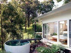 Per godere di una piscina non è necessario avere a disposizione un giardino di grandi dimensioni. Esistono svariati esempi di cortili piccoli dove i proprietari hanno potuto progettare e costruire una piscina.