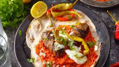 Balkánská specialita z grilu u nás zdomácněla už kdysi. Meal Deal, Ratatouille, Vegetable Pizza, Hamburger, Tacos, Food And Drink, Meals, Vegetables, Ethnic Recipes