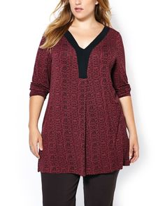 Be a boho babe in this stylish plus-size tunic! Made with a soft, stretchy fabric, it has a V-neck with ribbed band, long sleeves, centre-front pleats, side slits and pretty print. Ideal with a legging or dressed up with a black pant for the office!