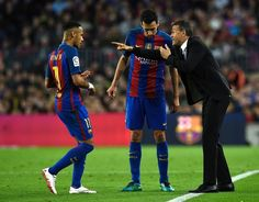 Barcelona's coach Luis Enrique (R) gives instructions to Barcelona's midfielder Sergio Busquets (C) and Barcelona's Brazilian forward Neymar during the Spanish league football match FC Barcelona vs Malaga CF at the Camp Nou stadium in Barcelona, on November 19, 2016. / AFP / LLUIS GENE