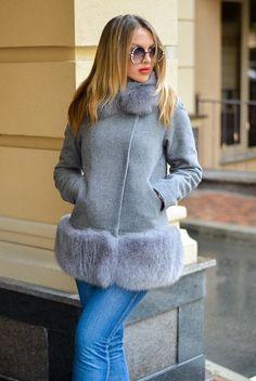 Стильное женское пальто Кашемировое пальто с опушкой по низу и воротнику из финского песца. Опушка по низу отстёгивается и вы сможете носить пальто даже в теплую осень. Длина изделия 68см, без опушки 54см. Длина рукава 64см. Подкладка саржа Материал - кашемир Цвет - светло-серый (может быть красный, Fur Fashion, Hijab Fashion, Trendy Fashion, Winter Fashion, Fashion Dresses, Womens Fashion, Diy Clothes And Shoes, Clothes For Women, Winter Outfits Women