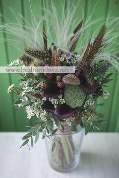 Свадебный букет из калл с перьями в рустикальном стиле