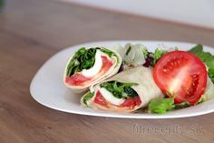 Wrap s humusom, paradajkou, syrom a šalátom Cottage Cheese, Caprese Salad, Fresh Rolls, Bon Appetit, Tofu, Vegan, Fitness, Cooking, Ethnic Recipes