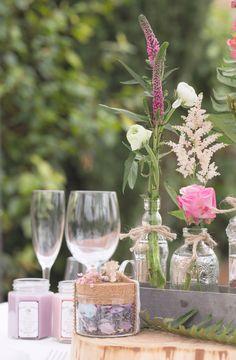Bonitos recipientes de vidrio, metal o madera con flores, decorando espacios.  #recipientes #vidrio #metal #madera #flores #espacios