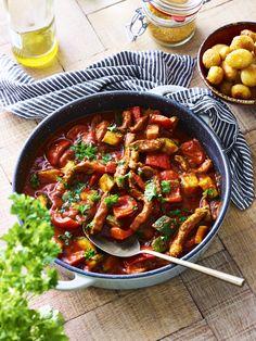 Het klinkt misschien eenbeetje vreemd. Een stoofschotel met shoarmavlees… Maar soms moet je dingengewoon eens proberen. Dus dat hebben we gedaan. En al bij het eerste hapje waren we daar heel blij mee. Wat een verrassend lekkere combi is dit! De shoarmakruiden overheersen niet, maar geven wel goed smaak aan het gerecht. De lekkere verse … Metabolic Balance, Tapas Recipes, Healthy Recepies, Happy Foods, Mediterranean Recipes, One Pot Meals, Food Inspiration, Chicken Recipes, Good Food