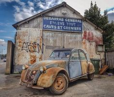 No photo description available. Abandoned Cars, Abandoned Places, Citroen Concept, Vintage Cars, Antique Cars, French Country Exterior, 2cv6, Day Van, Car Painting
