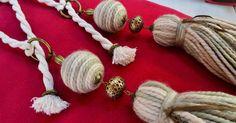 Con la llegada del otoño nos vimos inspiradas en usar los colores tierra en nuestra nueva colección . Sujeta cortinas ... Macrame, Embellishments, Tassels, Crochet Necklace, Arts And Crafts, Jewelry, Craft Ideas, Pom Poms, Home