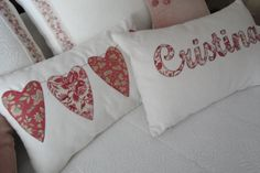 EL PATCHWORK DE KRIS: COJIN CORAZONES ROMANTICOS..... Sewing Pillows, Diy Pillows, Soft Pillows, Accent Pillows, Cushion Covers, Flower Designs, Sewing Projects, Arts And Crafts, Valentines