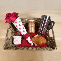 Bf Gifts, Weird Gifts, Love Gifts, Diy Gift Baskets, Gift Hampers, Picnic Sandwiches, Sweet Box, Candy Bouquet, Mom Day