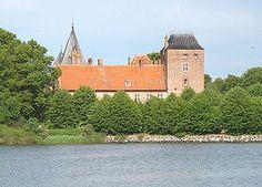 Aalholm Slot, Lolland - Aalholm er en gammel sædegård, den ældste på Lolland, den nævnes første gang i 1329. Hovedbygningen er opført i 1300-1581 og ombygget i bl.a. 1768 og ved Hans J. Holm og Gotfred Tvede i 1889.