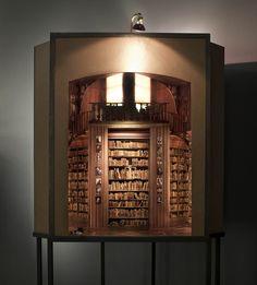 小世界が入った箱をのぞきこむと「現実そっくり」 Charles Matton:DDN JAPAN