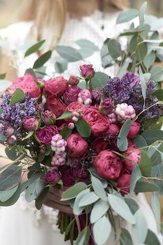 róże, zatrwiany, eukaliptusy, alstromerie w bukiecie ślubnym