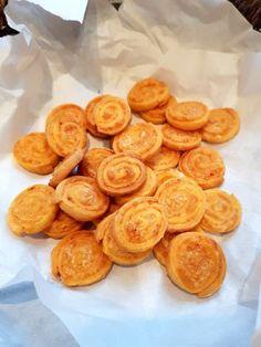 Sajtos, ropogós csigatallér | Álom.Íz.Világ. Snack Recipes, Snacks, Crunches, Sweet And Salty, Biscuits, Muffin, Chips, Food And Drink, Tasty