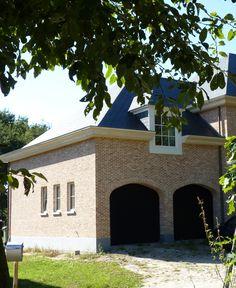 Nieuwe verbeterde oude paapsteen k107 met zwarte ramen oude en verouderde bouwmaterialen - Landelijke chique lounge ...