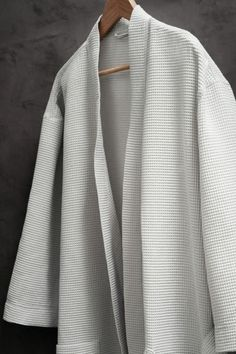 Waffled dressing gown: Dressing gown in a soft waffle weave with two front pockets and a tie belt at the waist.