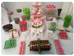 mesa de dulce con chuches Candy Table, Candy Buffet, Dessert Bars, Dessert Table, Candy Recipes, Sweet Recipes, Sweet Buffet, Dulce Candy, Sweet Jars