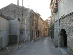 Beco em Volonne, antiga aldeia com paredes e ruas de pedra, portas em arco, ruas estreitas, localizada no departamento dos Alpes da Alta Provença, região administrativa da Provença-Alpes-Costa Azul, França. Fotografia: http://mapio.net