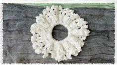 「夏っぽシュシュの作り方・編み方」100均のキラキラ糸を使ったボリューミィなシュシュです。白で編むと、夏っぽさが倍増です。3段編んで、かなりフリフリしているのでロングヘアの方はめっちゃ似合うと思います♪ 【作り方動画】 https://youtu.be/g2cLIR4dRfE[材料]ダイソー・レディスパングル/継ぎ目のないヘアゴム