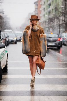 Fotos de street style en Milan Fashion Week: Botines de animal print, Hermes chic and classic.