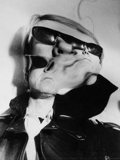 Arthur Fellig - Distrortions - Andy Warhol Arthur Fellig connu sous le pseudonyme de Weegee, est connu pour ses photographies de la vie nocturne de New York des années 30 à 60. Il a réalisé cette série dans les années 1950 et 1960 de portraits de célébrités, de chefs d'états et de figures de l'art qui ont été modifiés et distordus grâce à des manipulations des négatifs lors du tirage dans sa chambre noire.