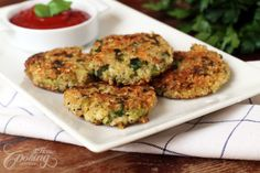 These tasty, nutritious quinoa and broccoli patties served with a chili sauce, or alongside a good fresh salad are healthy and everybody will love. Broccoli Patties, Quinoa Broccoli, Broccoli Bites, Healthy Foods To Eat, Healthy Eating, Healthy Recipes, Tasty, Yummy Food, How To Cook Quinoa