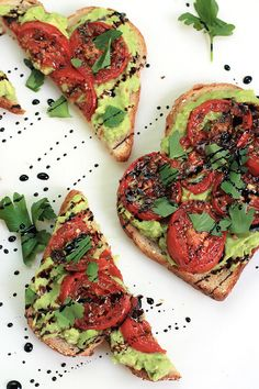 Avocado Toast Simple, easy and delicious - Roasted Tomato Avocado Toast. Creamy Avocado mash, sweet roasted tomatoes, drizzled with balsamic glaze, it takes toast to a whole new level. Clean Eating Snacks, Healthy Snacks, Healthy Eating, Healthy Breakfasts, Healthy Dinners, Healthy Nutrition, Avocado Dessert, Vegan Recipes, Cooking Recipes